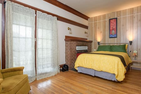 This room is spacious, clean and comfortable only two blocks away from the University & 10 minutes on the bus to Downtown. Some of the best coffee shops, movie theaters, bookshops and ethnic restaurants are in the University District.