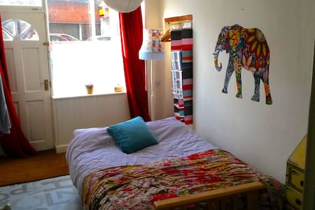 Airy room on the Cotswold Way in the heart of town - Wotton-under-Edge