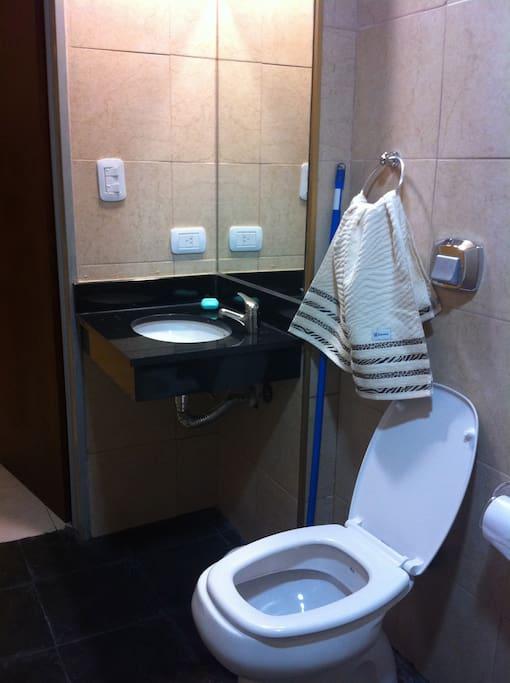banio con ducha amplio y nuevo