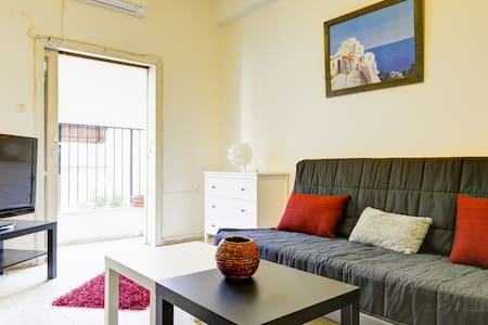 spacious private room right in the center of town. 5 min. walk from the beach. 3 min. from Disengoff Center. clean and quiet, first floor, with a private small balcony. sofa that opens to a very comf. double bed. Retro kitchen. wireless internet, tv.