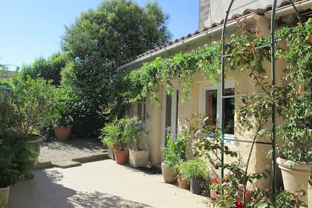 Charming garden studio center Uzes - Dům