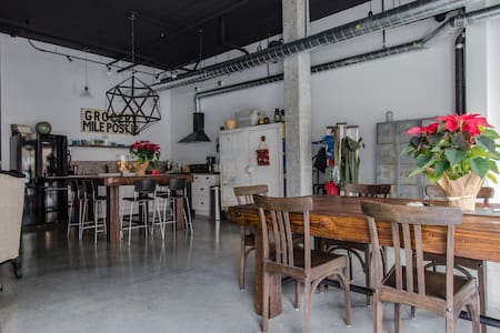 This space can accommodate guests wanting access to a nice kitchen and space to relax, small gatherings, parties, celebrations, photo shoots, meetings, etc.  Close to Capitol Hill, stadiums, ID, Pike Place, downtown, Seattle Center,and Pioneer Square