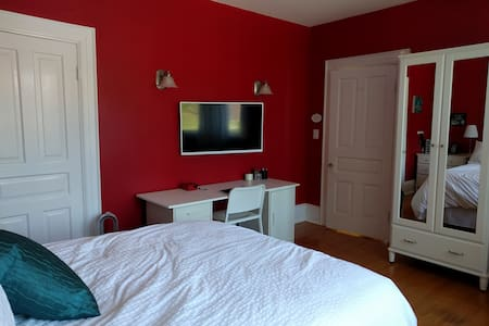 Century Home Charm, Modern Tech - Red Room - Collingwood - House