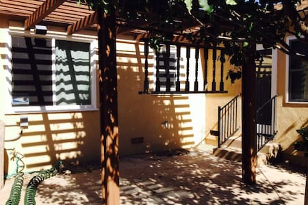 Private spacious Den inside a 3 bedroom house - San Leandro - Casa