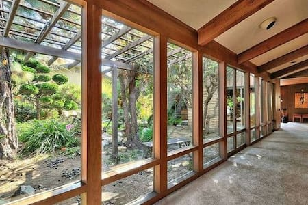 Frank Lloyd Wright Style Oasis #4 - Bed & Breakfast