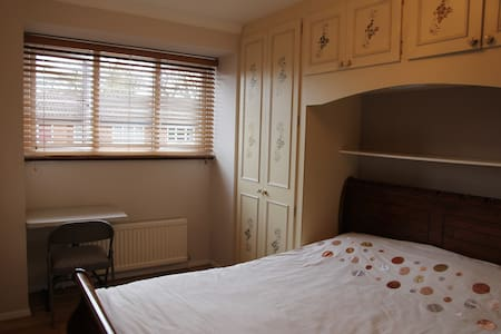 Double room with TV, Wi-Fi - Londres - Casa