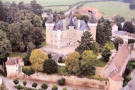 UN CHÂTEAU EN BERRY CHARGE D'HISTOIRE ET LEGENDES - Schloss