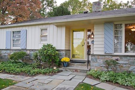 A Yellow Door - Maison