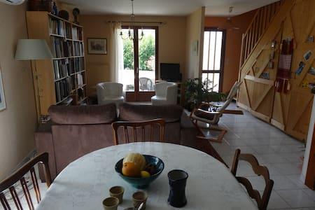 Chambre confortable dans une maison entourée de jardin - Lavernay - Konukevi