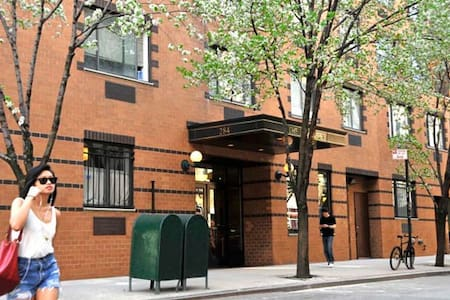 Clean, spacious bedroom available in Soho Abbey in a location close to the best restaurants and boutique shopping that SoHo and NoLita have to offer. Lower East Side, Little Italy and Chinatown are all a 5-10 mins walking distance away!