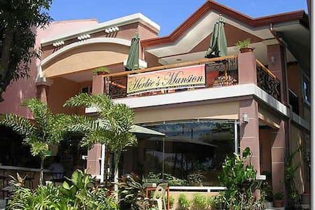 Private Room Near Beach Area-Herbie's Mansion - Subic Bay Freeport Zone - Aamiaismajoitus
