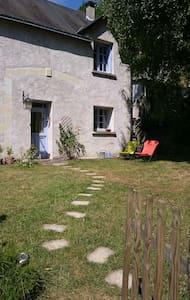 la maison bleue d'Isabelle, sun garden and terrace - Nazelles-Négron - Hus