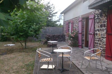 Chez Stéphane et Chantal: une chambre au calme - Dům