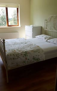 Fresh/bright double bedroom in convenient suburb - Lucan