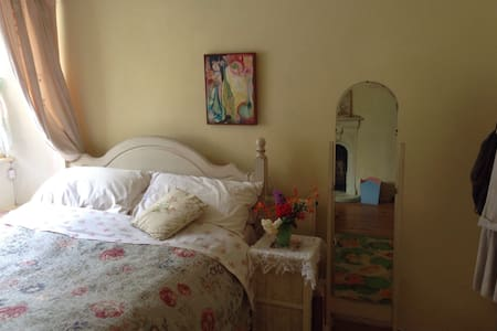 Pretty Double Room in Cosy Cottage - Casa
