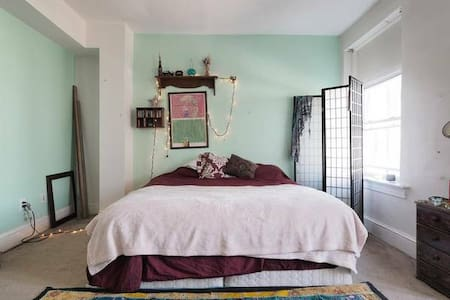 Artistic master bedroom in hip DC neighborhood - Casa