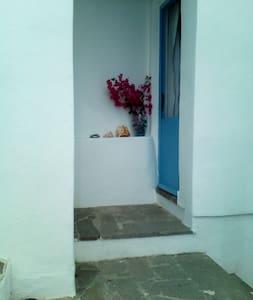 Stanza rossa con bagno privato  a 10 m. dal  mare - House