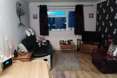 Large Modern Double Bedroom - Bishops Cleeve - Apartment