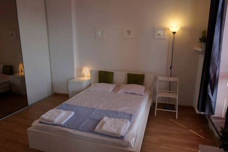 Double bed with privat bathroom, 15min to Central - Lejlighed
