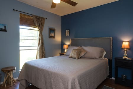 Quiet and clean room in great older home! - Austin - House