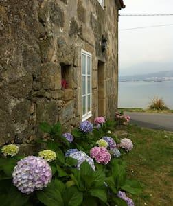 Casa de Piedra frente al mar - Hus