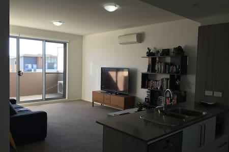 1 br Apartment (Gym, Pool & NBN) next to Westfield - Phillip - Apartment