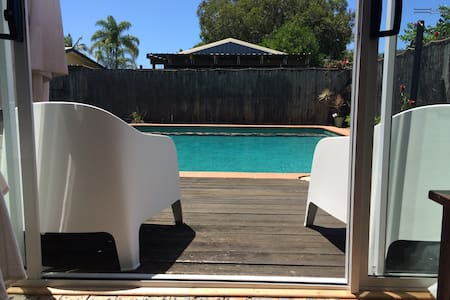 Rustic beach house with pool close to the beach - Maroochydore