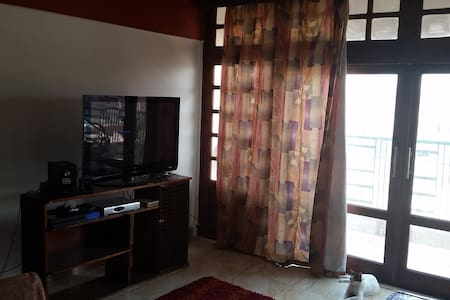 A Delightful Bedroom -- Great Location - Lägenhet