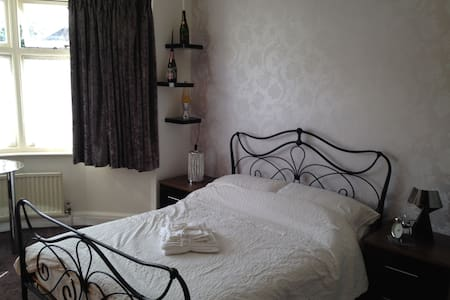 Lovely double room, near to London - Casa