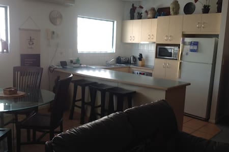 Fantastic unit in the heart of the Cotton Tree! - Maroochydore - Apartment