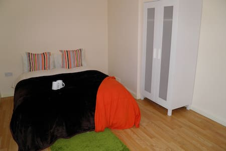 Comfortable and Light Private Room - Londres - Casa