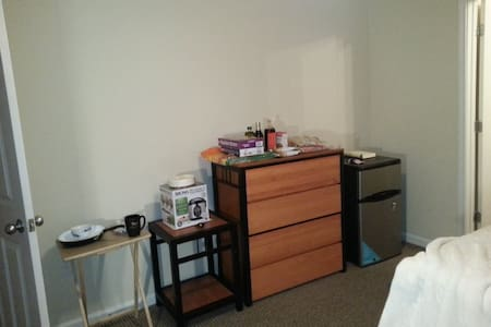 Clean, all-inclusive bed and bath - Charlottesville - Apartment