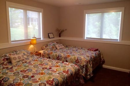 1BR Plus Near UW Golf Course & Epic - Huis