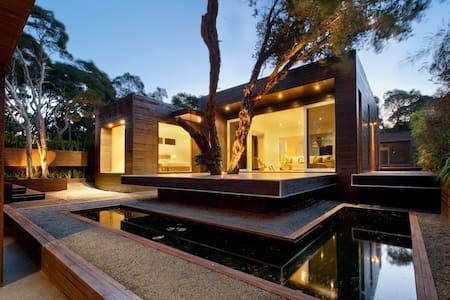 The Metalhouse - House