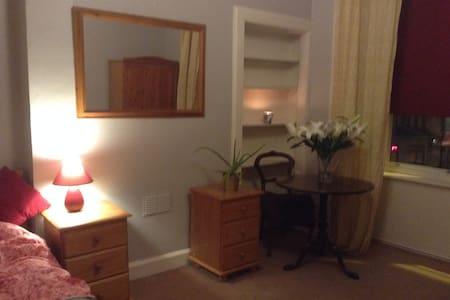 Large Bright Double bedroom - Aamiaismajoitus