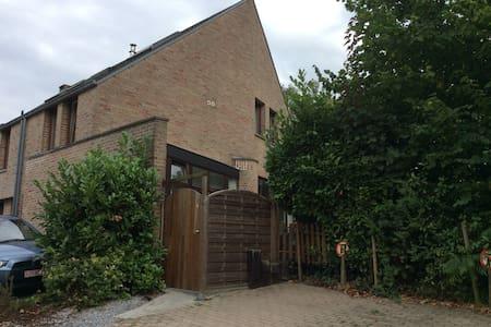 Chambre idéalement située au coeur - Ottignies-Louvain-la-Neuve - Hus