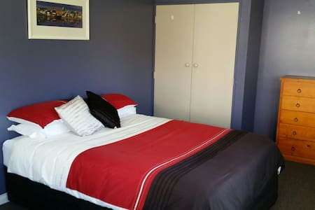 Tidy private sleep out . Breakfast - Palmerston North - Bed & Breakfast