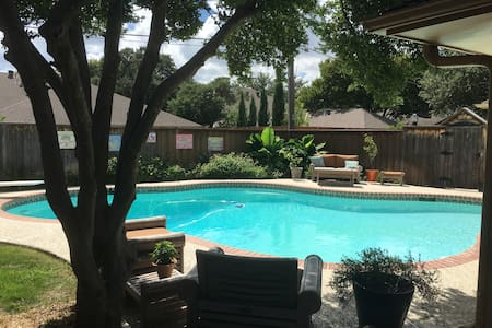 2 rooms with en suite bath + pool in N Dallas - Huis
