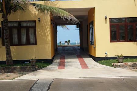 Airport Beach Villa - Bed & Breakfast