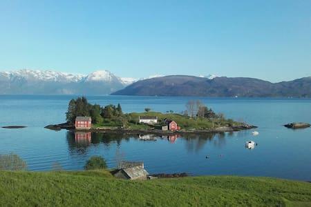 Hardangerfjord Villa,Folgefonna Glacier nearby :-) - Casa