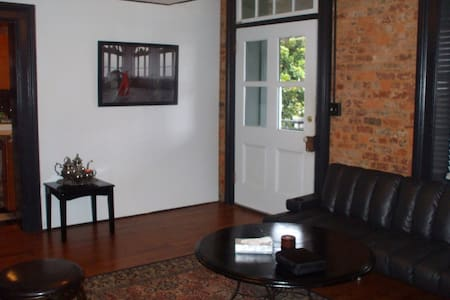 Private Historic Apt w/Covered Deck Atop Downtown - Lynchburg - Appartamento