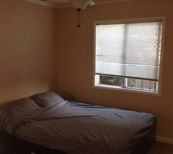 Guest room in a family home. - Castro Valley - Casa