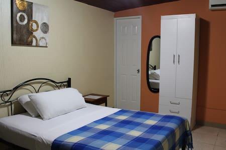 Hostal Cocos Inn - Single room with A/C - Panamá