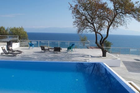 Beachside Villa-Guesthouse with Infinity Pool - Koroni