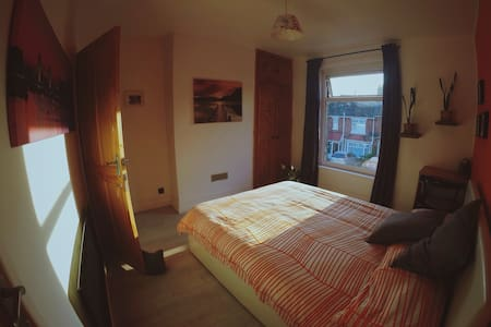 Cosy and colourful double room in a semi-det house - Southampton