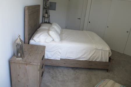 Private bedroom on Sunset Blvd! - Apartment