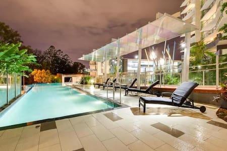 Inner city relaxation, resort style living. - Huoneisto