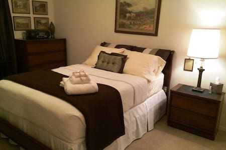 Private Room with Full Bed - Waddell