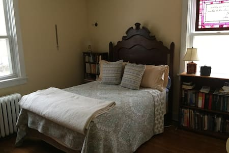 Comfy bedroom with double bed in Pittsburgh suburb - Pittsburgh - Ev