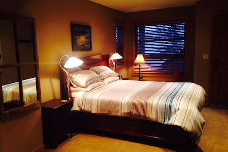 Peaceful downtown Canmore suite - House